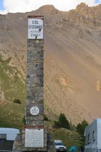 Ecco la stele del Col dell'Izoard  in cima al passo