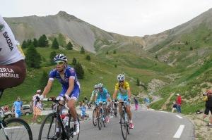 Thibaut Pinot alle spalle di Romain Bardet e davanti  a vincenzo Nibali in maglia gialla