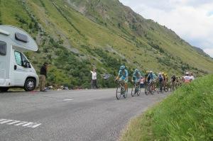Team Astana in testa al gruppo maglia gialla a fare l'andatura